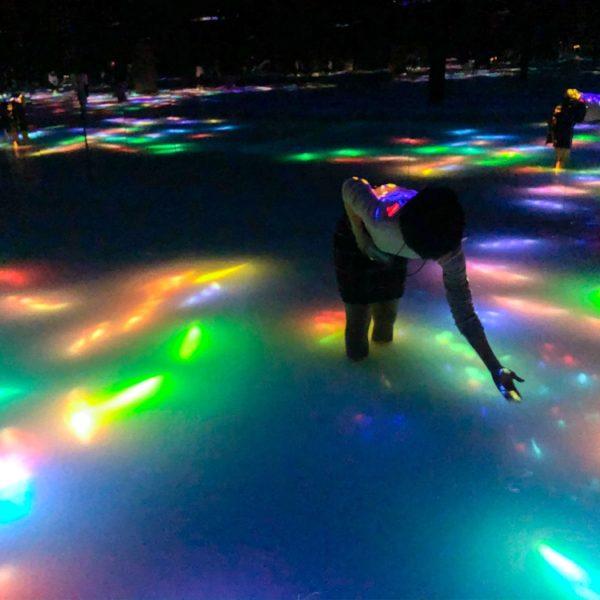 豊洲の【Teamlab Planets】プールみたいなミュージアム。水に入って自分なりのアートを